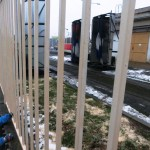 Myčka tramvají v Kobylisích je schována hned za plotem