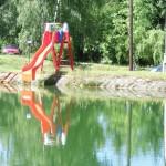 Skluzavka do koupacího rybníčku