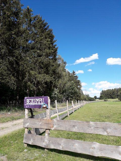 Pozemek Bezkempu u Biofarmy v Touškovském lese